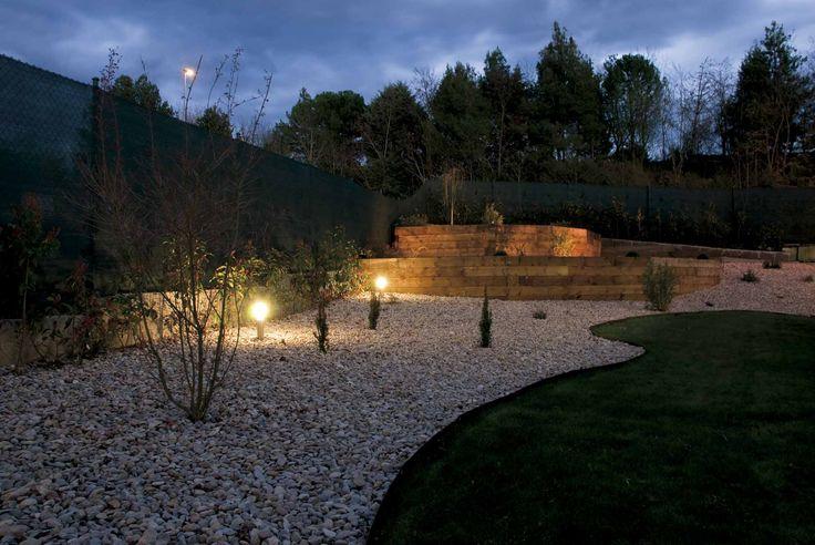 Jardín de bajo mantenimiento con muro de contención