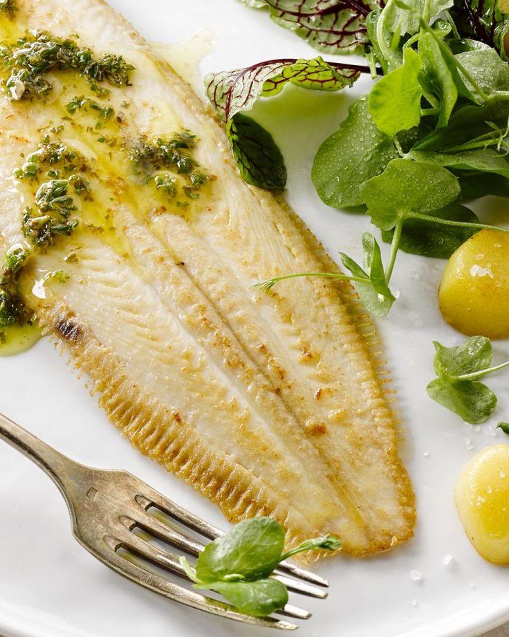 Een populaire klassieker is de sole meunière, waarbij de zeetong à la minute wordt gebakken. Heerlijk met gebakken aardappelen en de botersaus.