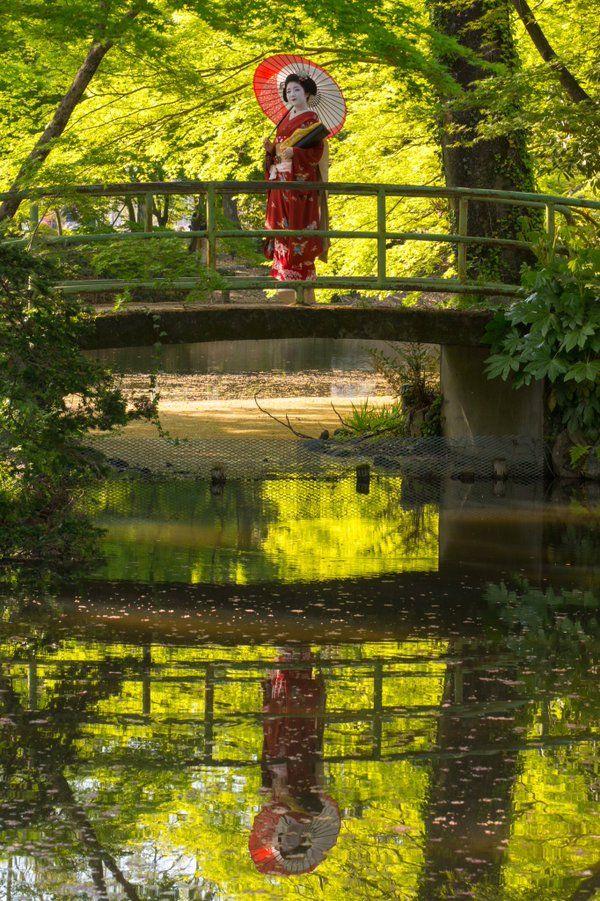 Oiran & Geisha | The maiko Katsuna in the woods! (Source)