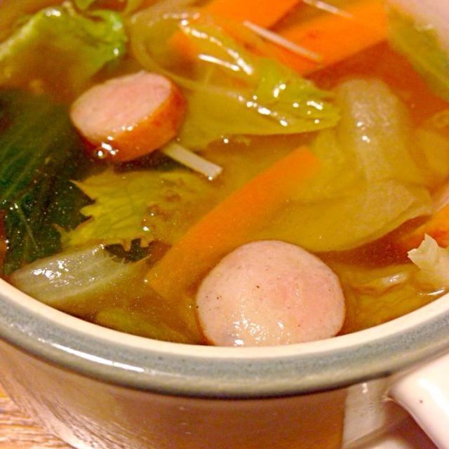 人参、レタスたっぷりでビタミンもりもり〜♡ - 9件のもぐもぐ - ウインナーと野菜のスープ by sakutae