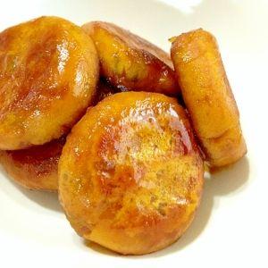 激ウマ☆かぼちゃ餅 材料 (6個人分) かぼちゃ 約100g ★片栗粉 大2 ★砂糖 小1 ★塩 ひとつまみ ▲醤油 大1 ▲酒 大1 ▲砂糖 大1 サラダ油 大1/2 作り方 1 食べやすい大きさに切ったかぼちゃを圧力鍋で柔らかく蒸します。 冷めたら皮を取り除きます。 ※目安:5分圧力し、自然放置して蓋をあけます。 2 ボウルに★を入れて混ぜ合わせます。 3 電子レンジ(600W)で40 秒ほど熱した①のかぼちゃをすりこぎ棒でつぶします。 4 ②の粉類を加えて、かぼちゃと一緒に混ぜ合わせます。 5 スケッパーなどを使って、6等分に分けます。 6 丸めて、1cmの厚みまで平らにします。 7 容器に▲を入れて混ぜ合わせます。 8 熱したフライパンにサラダ油を入れて、中火弱で熱します。 ⑥を入れ、両面がこんがり色付くまで焼きます。 9 ⑦を加えて、両面に絡めます。
