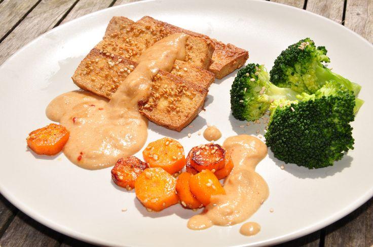 Zutaten für 3 Personen: 400 g Tofu Natur 1 Brokkoli 4 Karotten 4 EL Sojasauce 3 EL geröstetes Sesamöl 2 EL Sesam 1 TL Zucker Sauce: 3 geh. EL Erdnussbutter 300 ml Kokosmilch oder Kokossahne 1 Knobl…