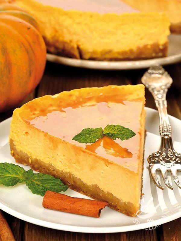 Pumpkin Cheesecake - Il Cheesecake alla zucca è un dolce gustosissimo e originale. Per renderlo più leggero potete provare a sostituire la panna con la ricotta frullata! #cheesecakeallazucca