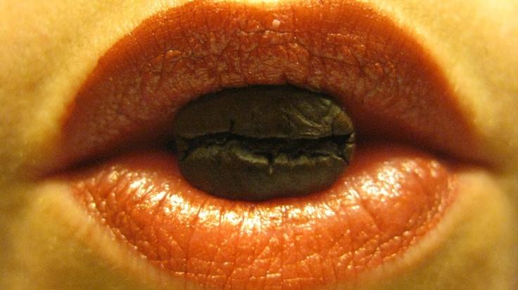 1er avatar de @la_doucet sur Google+ & Twitter ---- Grains de café Maragogype entre ses lèvres