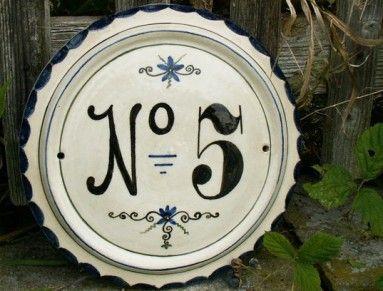 Replika keramického malovaného domovního čísla. Vhodný vánoční dárek pro chalupáře či manžela. Plastický kruh s dekorem v podobě zkosení po obvodu má průměr cca 26 cm (je to ruční výroba, rozměr v rozmezí +-1-2cm). Číslice a text jsou černé, okraj je tmavě modrý. Podkladová barva tabulky je přírodně bílá. Provedení textu a číslic je ale možné změnit podle přání, barevnost cedulky si můžete zvolit podle barevného vzorníku. Číslo je vyrobeno z kameninové hlíny a páleno na 1200°C, takže je…