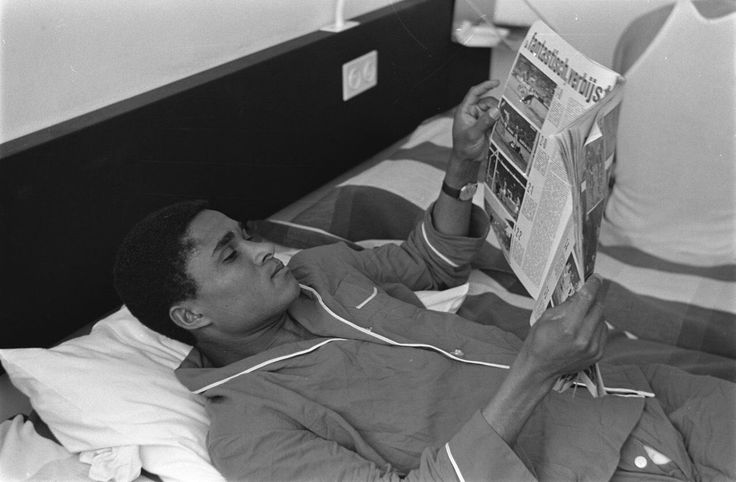 Eusébio in his room at the Rijn hotel in Rotterdam the day before Benfica played against Feyenoord (1963).