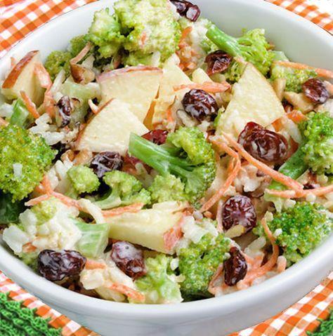 Nos encanta esta ensalada de brócoli, manzana y nueces, plato de verduras crujientes y sabrosas, con un aderezo de yogur, llena de sabor.