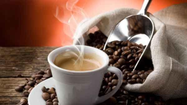 Il Caffè gli esperti assicurano: Fa bene se non supera 3 tazzine LAutorità europea per la sicurezza alimentare affermano che dosi singole di caffeina equivalenti a caffè