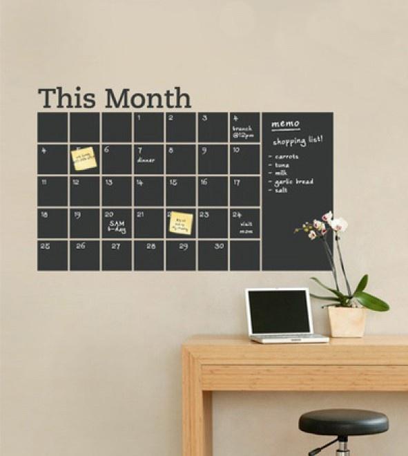 Kalender van schoolbordverf voor op de muur. Door Mara