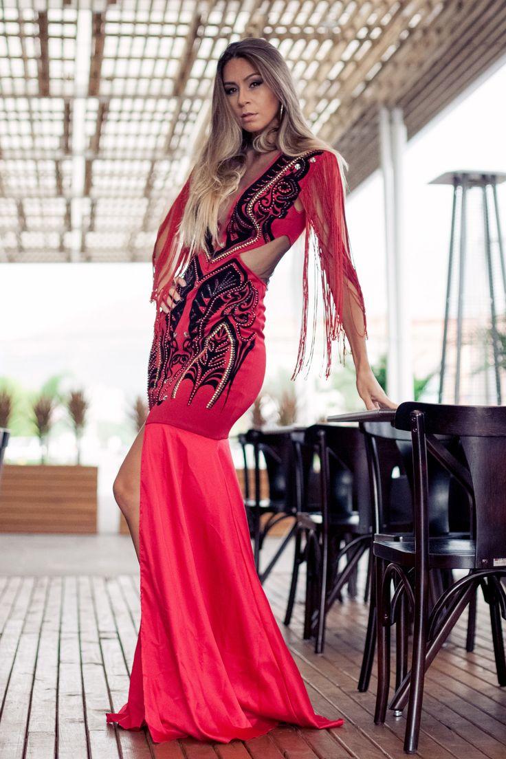 Vestido de festa longo é sempre algo especial não é mesmo!? Pelo menos para nós, mulheres reais, não é todo dia que temos eventos glamourosos #blogdemoda #franjas #lookdefesta