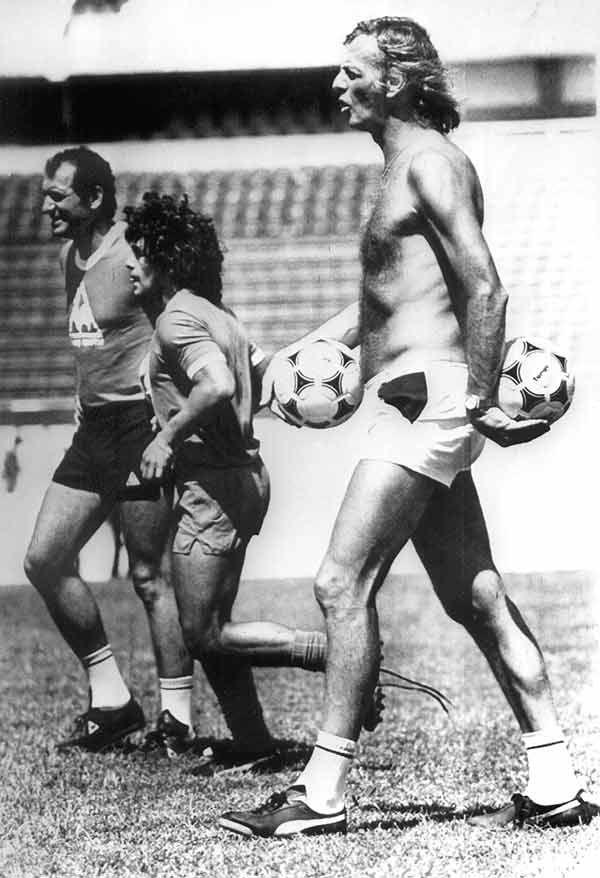 1983. César Luis Menotti (con el torso desnudo), junto a Diego Armando Maradona (centro) y el preparador físico Ricardo Pizzarotti (izqda.), durante un entrenamiento del FC Barcelona en el Camp Nou.