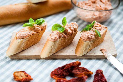 Pomazánka ze sušených rajčat- Sušená rajčata mají výraznou chuť, proto k nim stačí přidat jen pár ingrediencí; Jakub Jurdič