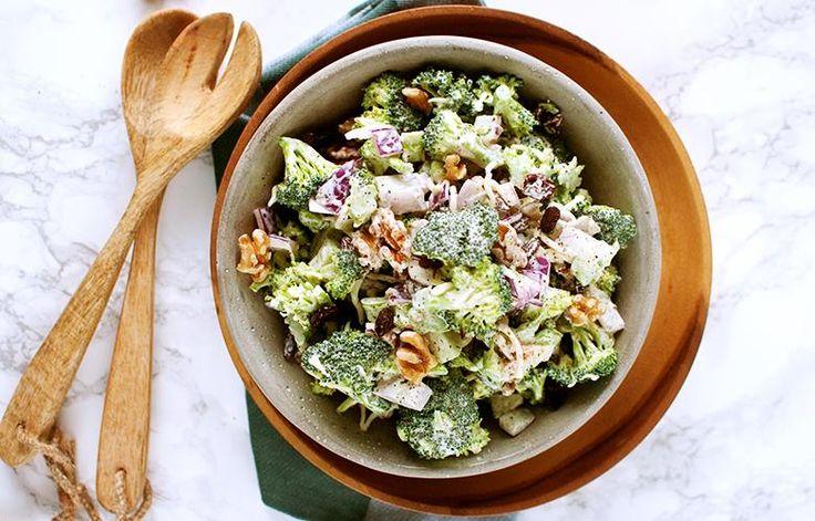 Brokkolisalat er den nye trendsalaten som passer til alt. Oppskrift på brokkolisalat med spekeskinke, valnøtter, rosiner og honning.