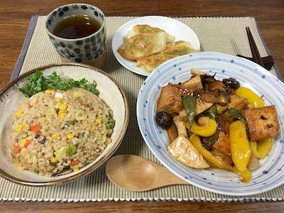 厚揚げ、筍、ピーマン、パプリカ、マッシュルーム、椎茸などでつくった酢豚風の甘酢炒めをメインに、サイドには枝豆とキャベツの入った餃子、そして中華風の炒飯で中華定食