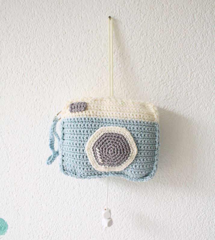 Valt jouw kleintje ook zo lekker in slaap bij het horen van een slaapliedje? Dit gehaakte muziekdoosje speelt een lief deuntje, maar ziet er toch stoer uit. Fijn om bij in slaap te vallen, leuk om naar te kijken deze gehaakte camera! #wijzijndonderdag #donderdag #muziekdoosje #kraamcadeau #kinderkamer #babykamer #zwanger #camera #decoratie #baby #haken #handwerk