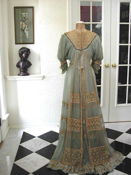 Jacques Doucet (1853-1929) was een Franse mode-ontwerper, bekend om zijn elegante jurken, gemaakt met dunne doorschijnende materialen in  pastelkleuren. Hij werd geboren in Parijs in 1853 en behoorde tot een welvarende familie, bedrijvig in  lingerie en beddengoed.  Doucet Lingerie, gesticht in Rue de la Paix in1816.