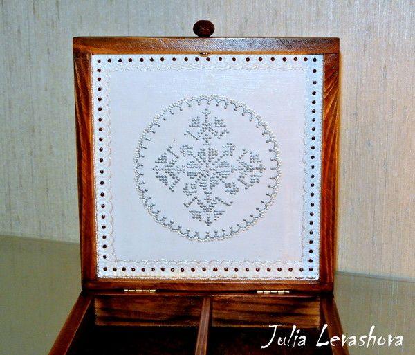 Фон - морилка, лак. Салфетки - разбавленный акрил. Кружево и вышивка - контуры по стеклу и керамике