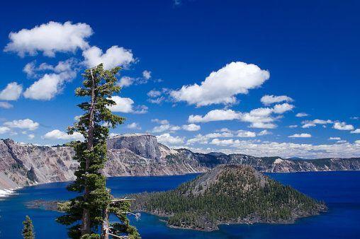 USA Oregon CRATER LAKE Kráterové jezero (Crater Lake, sopka Mazama) (USA)Přibližně před 7700 roky došlo k velké erupci sopky Mazama. Jednalo se o stratovulkán s výškou přibližně 3700 m. Při erupci byla sopka kompletně zničena a na jejím místě vznikla rozsáhlá kaldera. Ta je v současné době zatopena a místo je známé jako Kráterové jezero