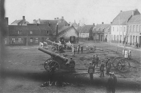 German artillery troops training on captured Russian Obukhov 152mm (120 pood) Fortress Gun M1877 on siege carriage.  The Germans employed a large number of captured cannons throughout the war.