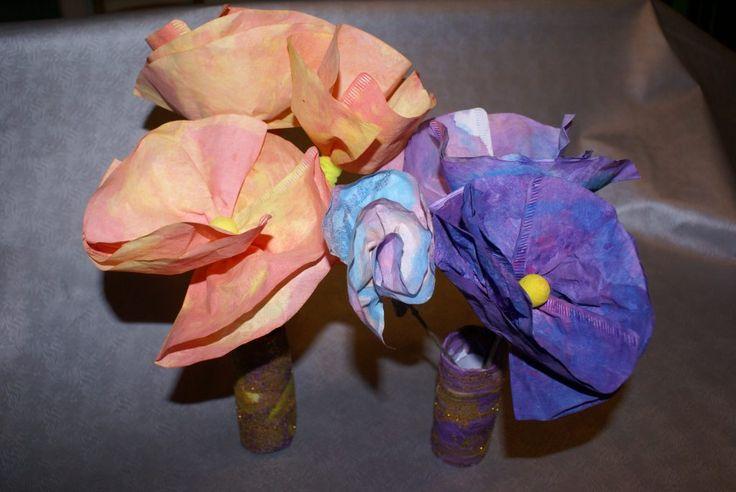 fleurs en filtres à café avec son vase en rouleau de papier toilette