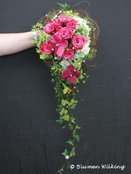 Abfließender Brautstrauß in pink, grün und weiß mit Rosen und Orchideen, Perlen und Mühlenbeckia. http://blumen-wilking.de