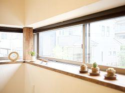 カウンター式の小さな出窓です。