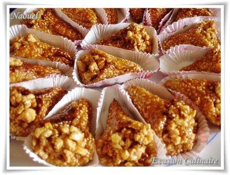Cornets au sesame avec amandes et miel parfumé à la fleur d'oranger; un gâteau marocain qui accompagne avec délice un thé à la menthe.                                                                                                                                                      Plus