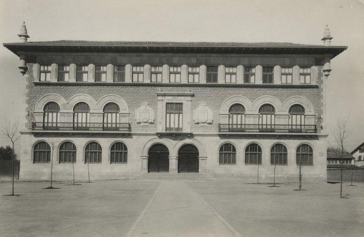 Edificio de la Escuela de Artes y Oficios en la Plaza del Conde de Peñaflorida. Año 1923