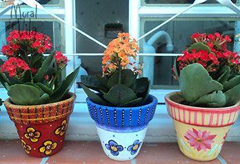 Vasos de barro pintados a mão http://www.viladoartesao.com.br/blog/2014/11/jardim-tambem-e-espaco-para-artesanato-mural-da-vila/