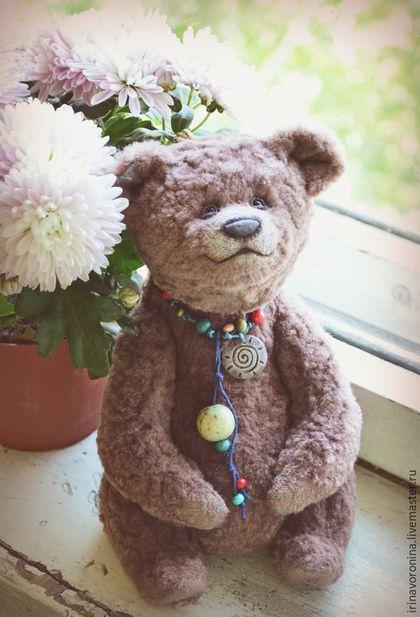 Купить или заказать Мокко...Коллекционный медведь тедди в интернет-магазине на Ярмарке Мастеров. Резерв Медведь потрясающего цвета - мокко, кажется так называется этот цвет. И классическое сочетание с бирюзовым. Миша сшит бирюзовыми нитками, которые проглядывают через швы в некоторых местах (на лапах) и гармонично сочетаются с цветом шкурки. Очень эмоциональный получился. Он всё время разный, как его ни крути. И очень пластичный. может сидеть устойчиво даже с большим наклоном назад.