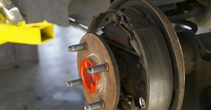 Cómo reemplazar los frenos de un Ford Focus 2001. El reemplazo de los frenos de un Ford Focus 2001 es muy parecido al reemplazo de los frenos en cualquier modelo Focus del 2000 al 2005. Los frenos delanteros utilizan las pastillas que son los principales componentes utilizados con el pedal del freno, mientras que las ruedas traseras usan cápsulas que trabajan sobre todo con el freno de mano. Si ...