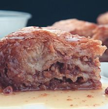 Διάσημο ελληνικό, λατρεμένο σιροπιαστό γλυκό παρά το ξενόφερτο όνομά του με την γλύκα του αμυγδάλου που μεσουράνησε την δεκαετία του '80