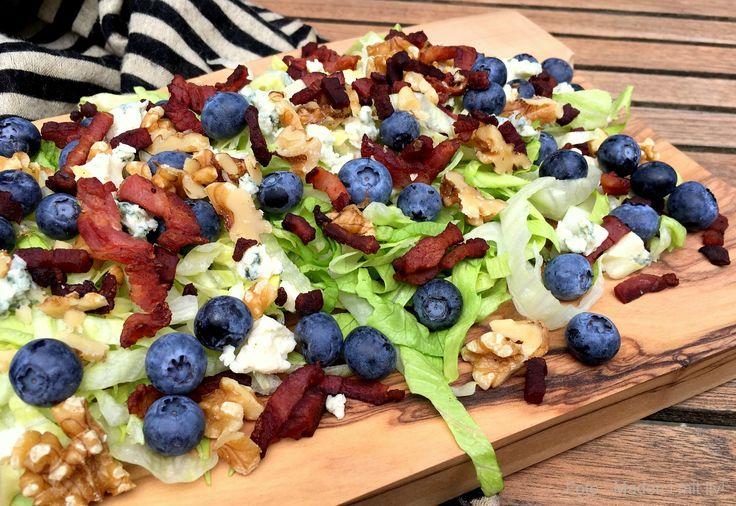 Fantastisk lækker og simpel opskrift på salat med bacon, blåbær, ost og valnødder. Perfekt tilbehør til grillmad gennem hele sommeren, men også til efterår.