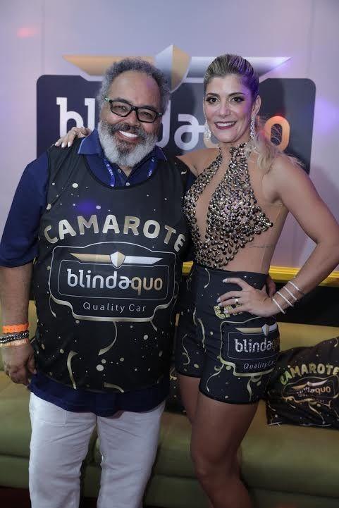 Jorge Aragão e Elana Viana. O sambista aprovou o nível dos desfiles e lamentou os acidentes na Sapucaí (Foto: Miguel Sá)