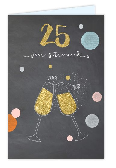 Binnenkort jullie 25 jarig jubileum? Unieke staande feestelijke uitnodiging met getekende champagne glazen en krijtbord achtergrond en vrolijke confetti. Alles geheel zelf aan te passen. Gratis verzending in Nederland en België.