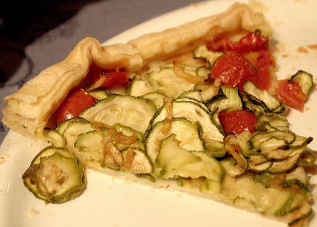 Quando devi preparare una pizza rustica in 5 minuti, questa torta rustica con zucchine e pomodorini Bimby è una semplicemente perfetta.