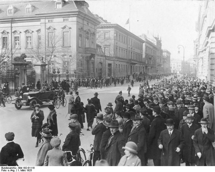Berlin, Menschen vor dem Reichspräsidenten-Palais -  Reichspräsident Ebert tot! Das Reichspräsidenten-Palais in der Wilhelmstrasse, umlagert von einer tausendköpfigen Menschenmenge am Sonntag - Vormittag, den 1. März 1925.