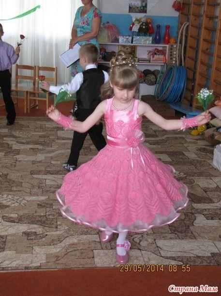 Вот и довязала я платье своей сестре на выпускной в садик. Я вязала, а мама шила. Лиф подсмотрели здесь http://www.stranamam.ru/  А подол платья здесь http://www.stranamam.ru/