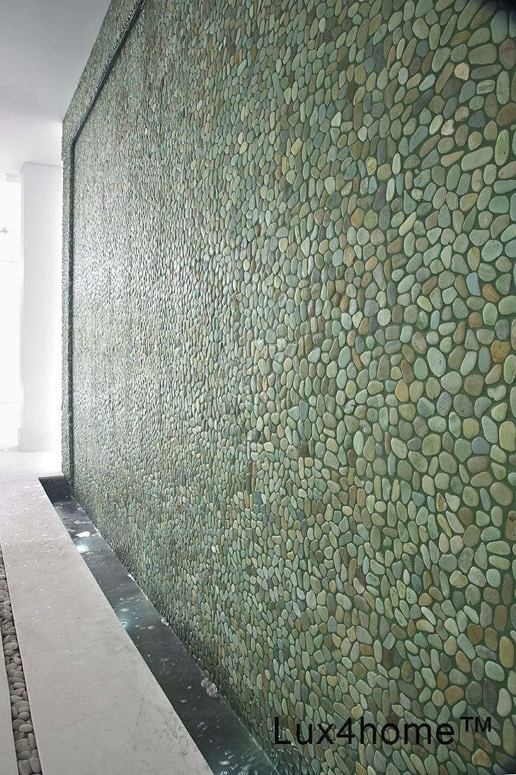 Ściana z otoczaków - zielone otoczaki na ścianie pod prysznicem w łazience. Otoczaki w łazience doskonale sprawdzają się jako kamień naturalny to wyjątkowa odmiana od ceramicznych płytek. Nasze otoczaki moga być używane i wewnątrz i na zewnątrz są odporne na wilgoć, mróz mamy środki impregnujące do otoczaków.  #mozaika #mozaiki #płytki #łazienki #otoczaki #kamień #wnętrza #prysznic #brodzik #mozaikikamienne #mozaikazkamienia #kamiennaturalny #mozaika #plytki #mozaikizkamienia