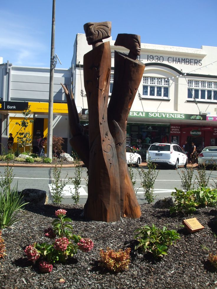 Sculpture 'Kete Ora' loaned to Living Sculpture trail by artist Joe Kemp, carved from Macrocarpa and Pohutukawa. Situated on  Pukuatua Street