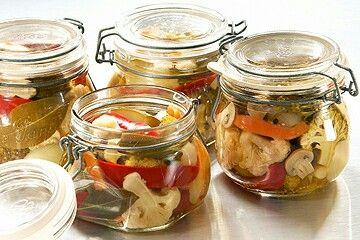 Pickles de legumes:  Carottes en rondelles, concombre, fleur de choux fleurs. Degorger les legumrs avec de sel pendant 10 min. Marinade: 1 verre sucre, 1 verre vinaigre blanc, 1 verre et demi d'eau. La faire chauffer pour dissoudre le sucre. Mettre en bocaux. Pas besoin de pasteuriser.