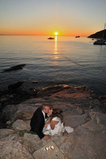 Sposarsi all'isola d'Elba - Getting married in Elba - Un tramonto dell'isola d'Elba visto dalla spiaggia di Viticcio, una delle più belle dell'isola. Una cartolina degna di una grande amore da coronare in un'isola magica come l'Elba. Brindisi degli sposi. Ph. Paolo Ridi  www.weddinginelba.it #sunset #wedding #nozze #matrimoni #sposarsiallelba #sposarsiintoscana #gettingmarriedintuscany #island#elba #tuscany #venue #discoverelba #discovertuscany #weddinginelba #weddingintuscany