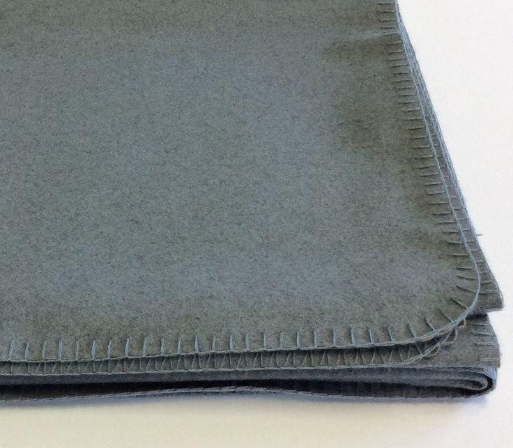 Plaid in panno colore carta da zucchero con cuciture a cavallo in tinta.