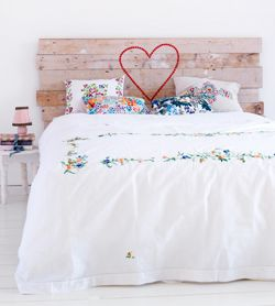 #DIY Bedheadboard made of scrab wood - #101woonideeen.nl - Dutch interior and crafts magazine
