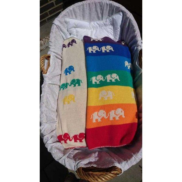 Babytæppet, Elefantmarchen, er strikket med teknikken dobbeltstrik, der giver to flotte retsider. På tæppet finder du en masse marcherende elefanter, og ved hjælp af dobbeltstrikteknikken bliver de to sider hinandens farvemæssige modsætninger.   Elefantmarchen er strikket i det lækre økologiske bomuldsgarn Alba fra BC Garn, der gør tæppet blødt og sommervenligt. Elefanterne passer således både på babyen og på miljøet.   Desuden får du med det lækre garn, nogle utrolig flotte farver at vælge…