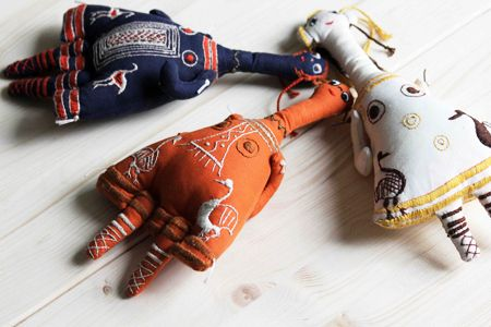 Fabric Plagona doll model, hand embroidered with decorations from ancient objects.  The dolls are hand made from 100% cotton fabric and hand embroidered with cotton thread. Each one is unique.  Πάνινο αντίγραφο Πλαγγόνας με κέντημα χειρός από διάκοσμο αρχαίων αντικειμένων. Οι κούκλες είναι χειροποίητες από 100% βαμβακερά υφάσματα, κεντημένες στο χέρι. Κάθε μία είναι μοναδική.