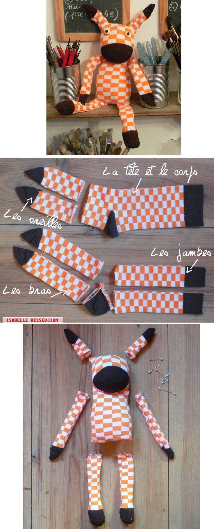 Procurez-vous une paire de chaussette à rabais ou provenant du magasin à 1$ pour fabriquer une peluche amusante! Osez les couleurs! Vous n'auriez probablement jamais porté des chaussettes de ces couleurs! Orange et brun, on les croirait tout droit so