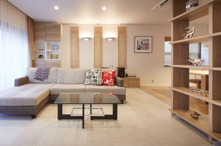 【#ミサワホームイングデザインリフォーム】 戸建リビングのリフォーム。床のタイルとカウチソファのベージュと、収納やオープン棚の木質の色味が優しい雰囲気を醸し出しています。 連続する縦長の窓掛けとブラケット照明のバランスも空間のポイント。 ナチュラルインテリアのお手本のようです。 #リフォーム #リノベーション #住まい #インテリア #インテリアデザイン #インテリアコーディネート #戸建リフォーム #リビング #リビングインテリア #リビングリフォーム #リビング収納 #カウチソファ #オープン棚 #収納 #ブラケットライト #床タイル #ナチュラルインテリア #北欧 #北欧インテリア #ミサワホームイング #intelimia