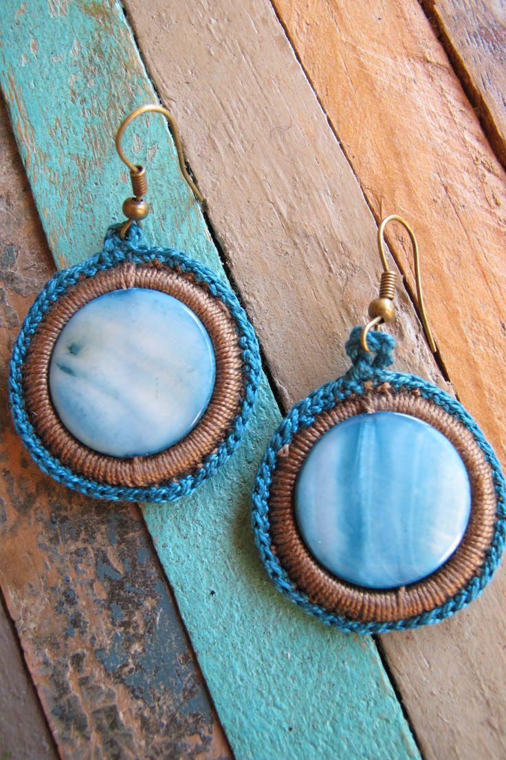 PRECIO: 10€. Pendientes de ganchillo con piedra de nácar azulado. Diámetro: 3cm. Hilo color cámel, marrón o negro. Hechos a mano