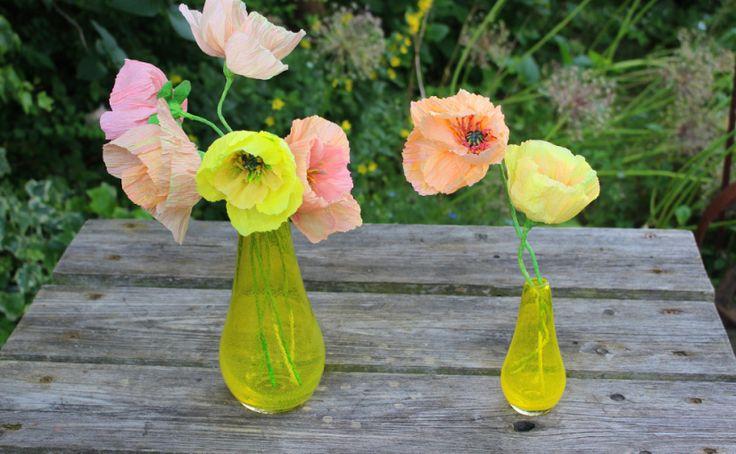Kalifornischer Mohn aus Krepppapier in idealen mundgeblasenen Glasvasen von Britta Reithmeier